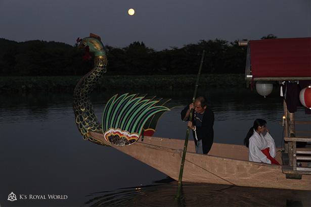 大覚寺舟と満月と湖面
